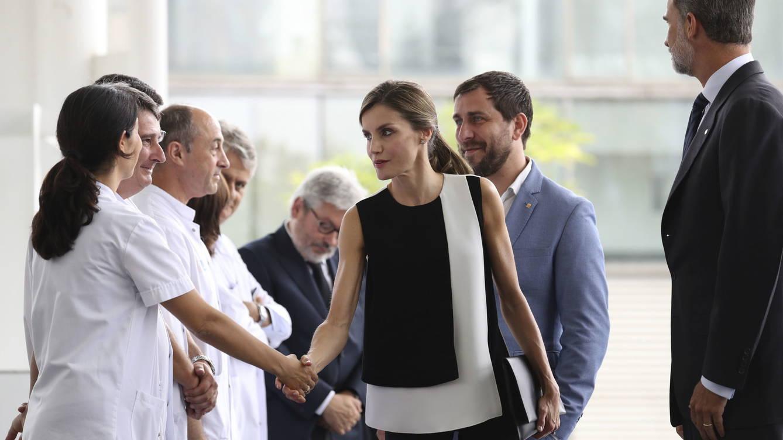 Foto: Los Reyes saludan al personal del Hospital del Mar de Barcelona. (EFE)