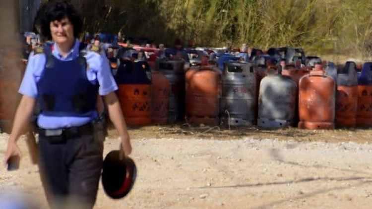 Una policía participa de los registros en Alcanar (AFP)