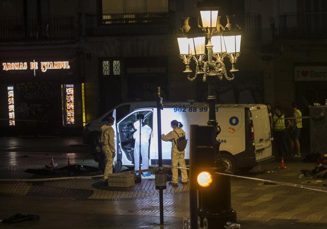 Imagen de la furgoneta que ha provocado el atentado ocurrido por la tarde en las Ramblas de Barcelona,. EFE/Quique García