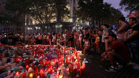 Varias personas se reúnen en La Rambla, Barcelona (España), dos días después del atentado perpetrado con una furgoneta el 17 de agosto de 2017.
