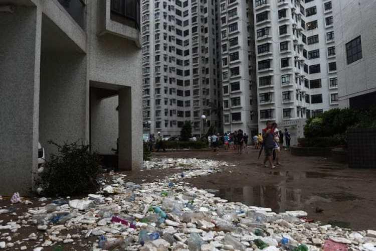 Las inundaciones con restos de basura se amontonaron en áreas residenciales (AFP)
