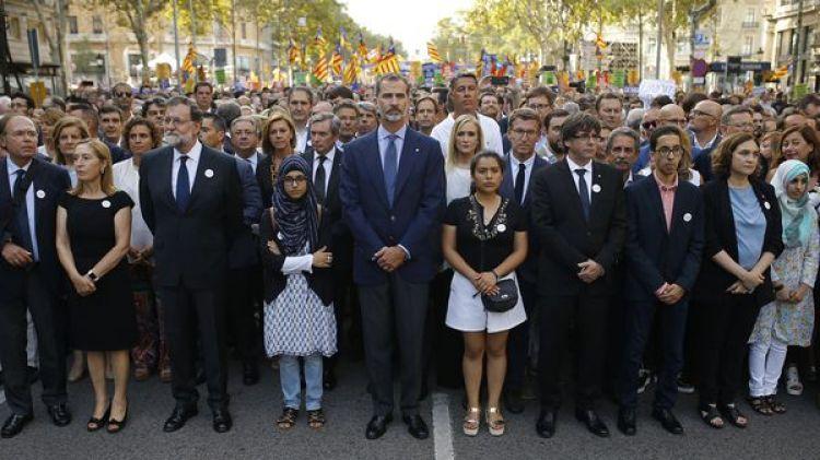Mariano Rajoy, el rey Felipe VI de España y Carles Puigdemont marchan juntos en la manifestaci{on contra el terrorismo (AP)