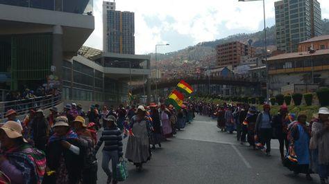 Mujeres de Achacachi marchan y llegan al centro de La Paz exigiendo la renuncia del alcalde Édgar Ramos