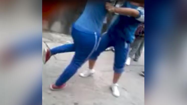 México: Pelea entre dos estudiantes de secundaria acaba con una adolescente en convulsiones (VIDEO)