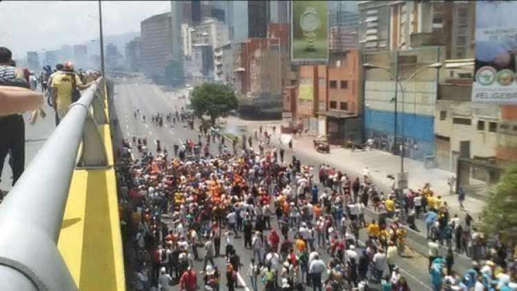 Imagen de la represión chavista en una manifestación en abril (EFE)