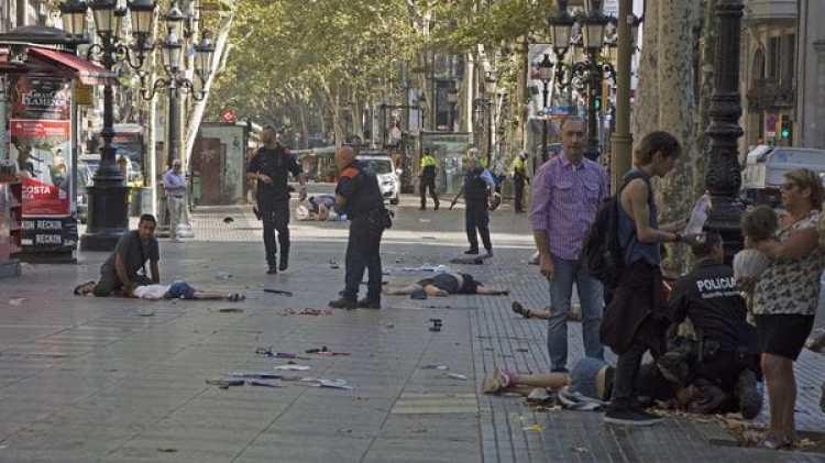 Varias víctimas en el suelo en La Rambla tras el atentado (EFE)