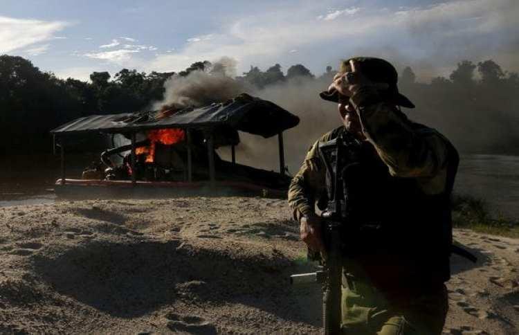 Un agente de la agencia ambiental brasileña en una mina ilegal en Amazonia (REUTERS/archivo)
