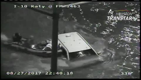 El dramático rescate de una persona atrapada en su camioneta durante la inundación en Houston