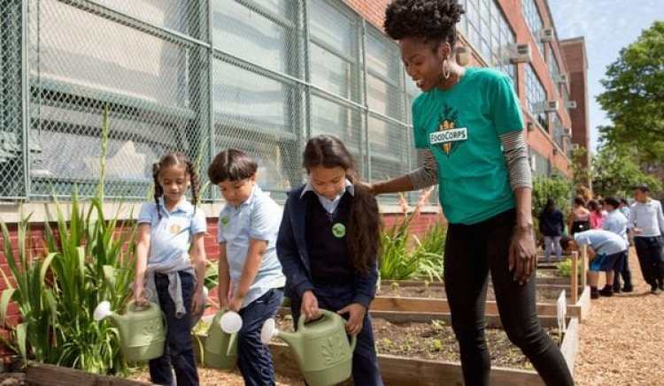 FoodCorps es una organización sin ánimo de lucro que educa sobre nutrición y agricultura en las escuelas primarias (Foodcorps)