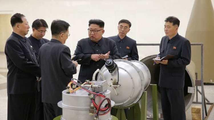 Kim Jong-un examina una ojiva nuclear (Reuters)