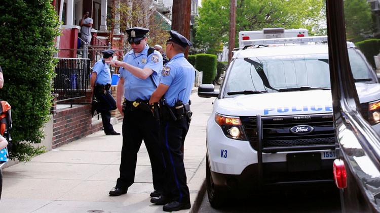 Un coche embiste contra una fiesta callejera en Filadelfia