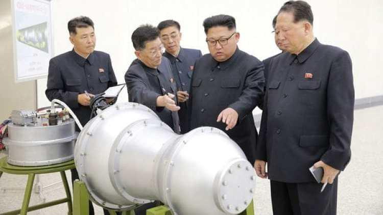 El dictador norcoreano Kim Jong-un inspecciona la bomba H ante sus funcionarios.