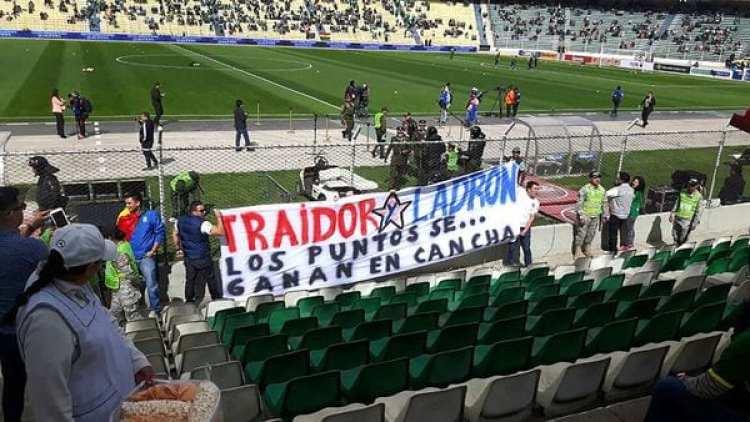 Una de las banderas que apareció en el estadio (@elgraficoweb)