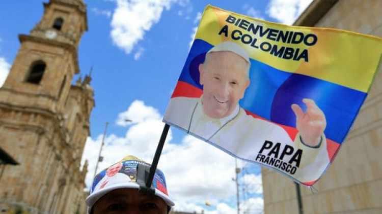 La llegada del papa a Colombia también disparó la venta de souvenirs. (Reuters)