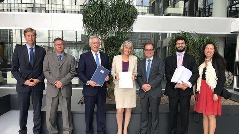 Embajador Eduardo Rodríguez deposita en La Haya instrumento de Adhesión a la Convención Apostilla. Foto:Cuenta de Twitter del embajador Eduardo Rodríguez