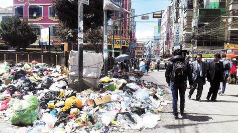 Los desechos se acumulan en ElAlto, la Plaza del Lustrabotas es un basural.