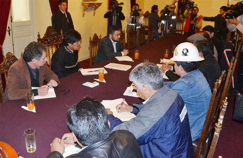 El presidente Evo Morales se reúne con los representantes de las centrales obreras de los nueve departamentos.