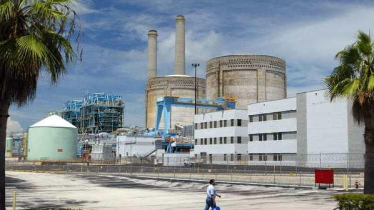 Un trabajador camina por la planta de Turkey Point, cerca de Florida City (Getty Images)