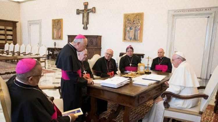 El papa Francisco, junto a los obispos venezolanos, el 8 de junio de 2017.