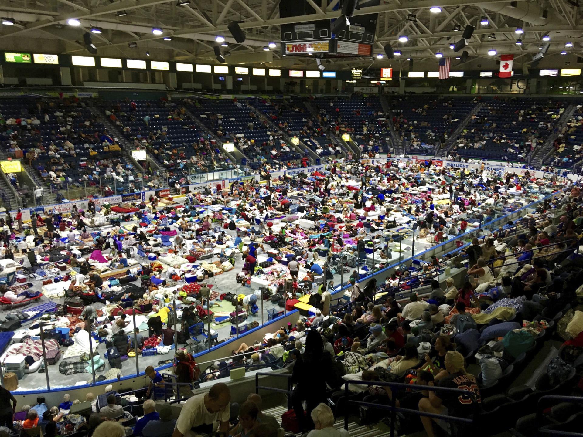 Los evacuados llenan el Germain Arena, que se está utilizando como refugio contra la lluvia radioactiva, antes del arribo del huracán Irma, en Estero, Florida, el sábado 9 de septiembre de 2017. (AP)