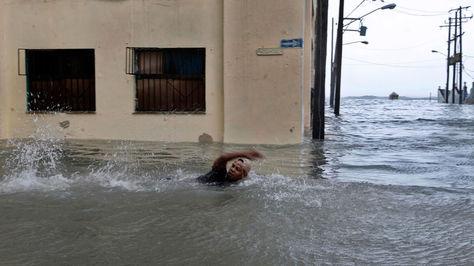Un hombre nada por una calle inundada de la capital en La Habana, Cuba este domingo 10 de septiembre.