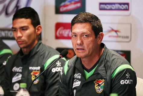 El seleccionador de Bolivia, Mauricio Soria (d), habla durante una rueda de prensa junto a Diego Bejarano (i).