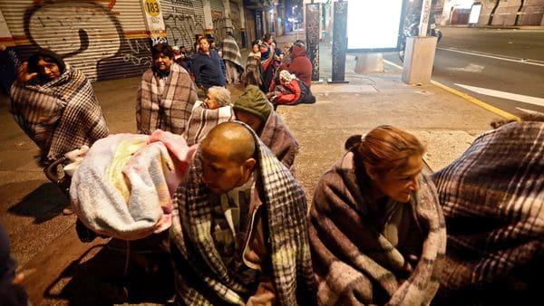 En distintas zonas del país la gente durmió en las calles después del terremoto