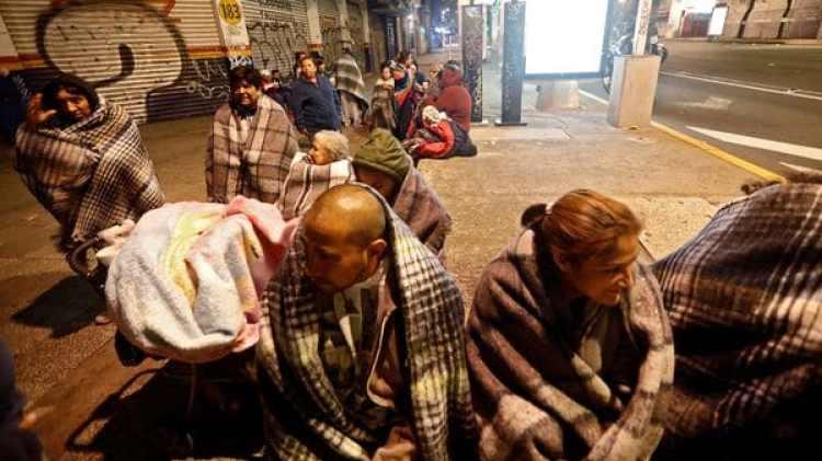 En distintas zonas del país la gente durmió en las calles después del terremoto. (Foto: Reuters)