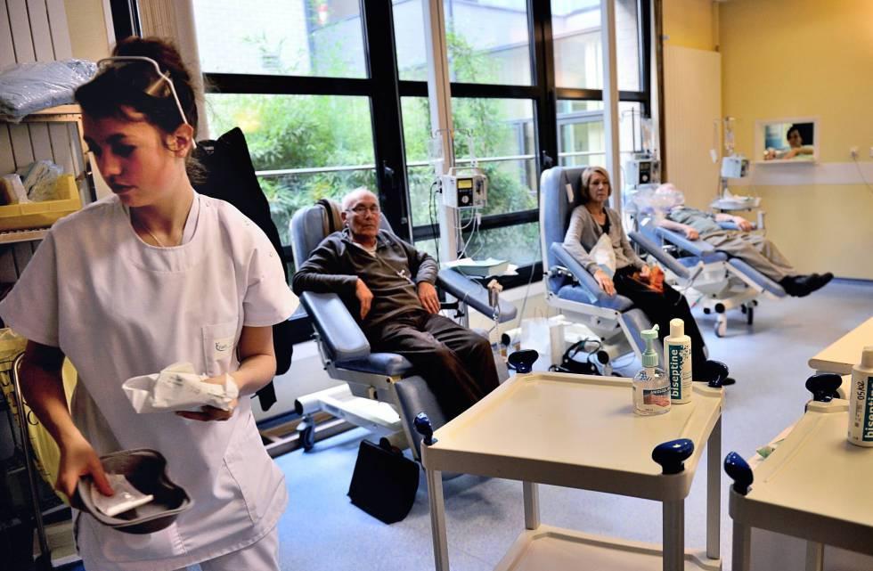 Pacientes recibiendo quimioterapia en Lille (Francia).