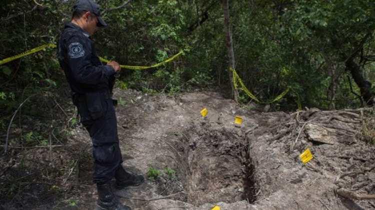 Partes de cuerpos de desaparecidos aparecen en fosas clandestinas.