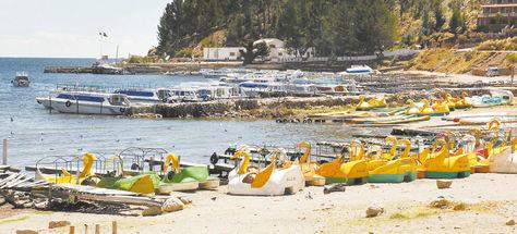 Embarcaciones. Lanchas atracadas en la playa del pueblo turístico de Copacabana.
