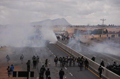 La Policía gasifica a los manifestantes de Achacachi asentados en la doble vía a Tiquina.