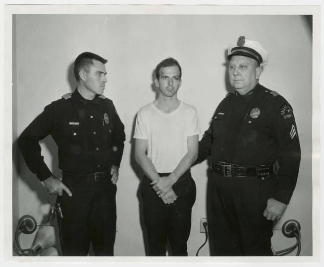Oswald en el momento de su detención. (Reuters)