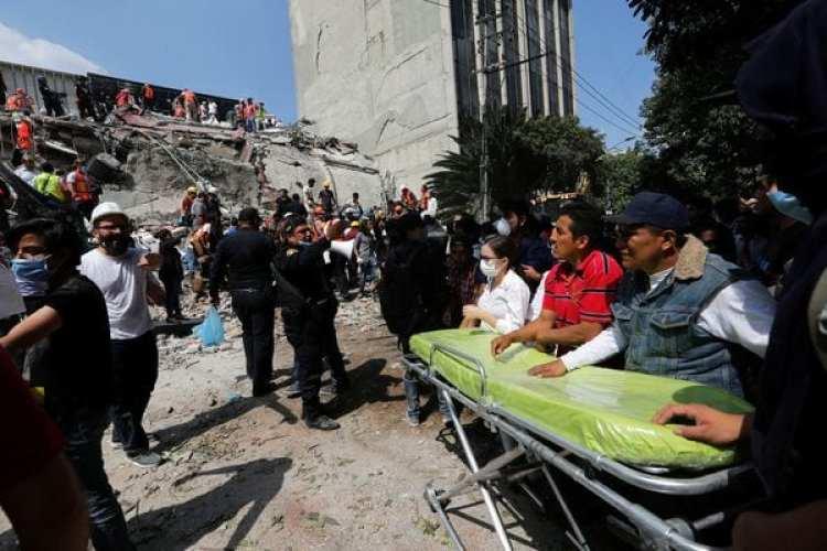 Un grupo de paramédicos espera la salida de heridos entre los escombros. (REUTERS/Claudia Daut)