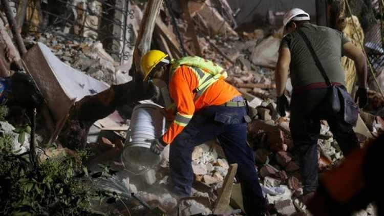 Rescatistas remueven los escombros en un edificio de Ciudad de México (Reuters)