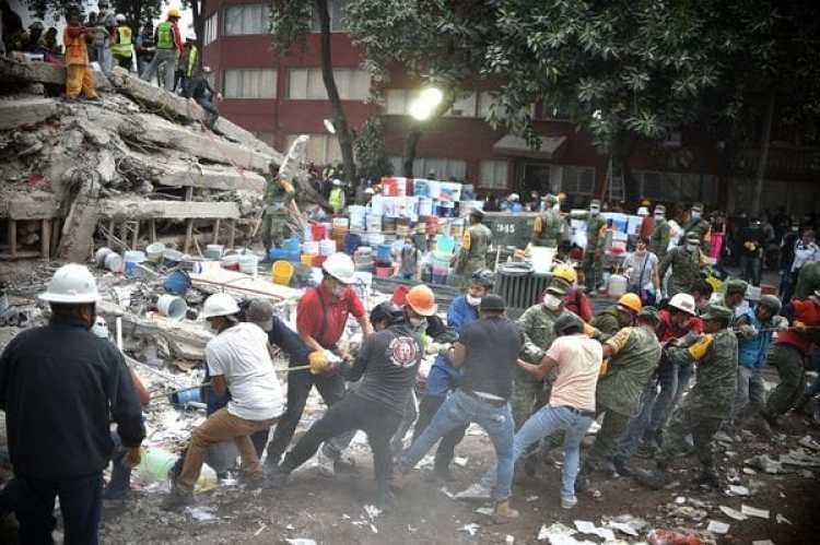Los mexicanos buscan sobrevivientes entre los escombros(AFP)