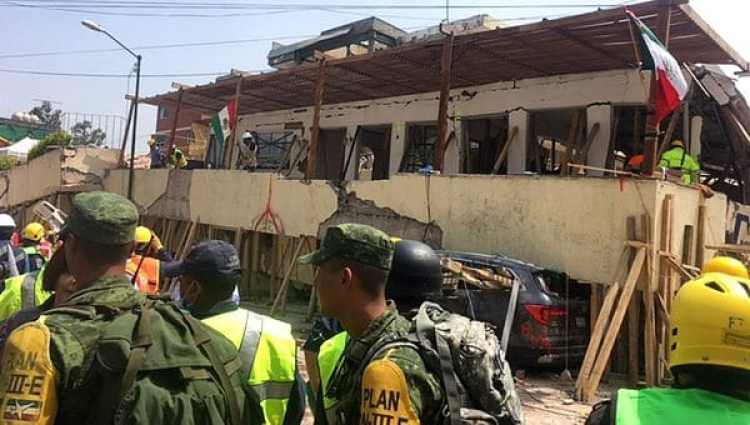 Rescatistas trabajan en la escuela en la frenética búsqueda de sobrevivientes (AFP)