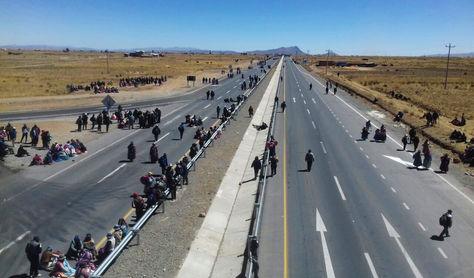 Pobladores de Achacachi bloquean la vía a Copacabana, en el sector del cruce a Pucarani. Fue el miércoles.