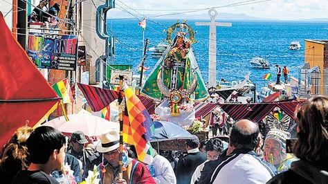 Una imagen de la virgen de Copacabana en orillas del lago Titicaca.