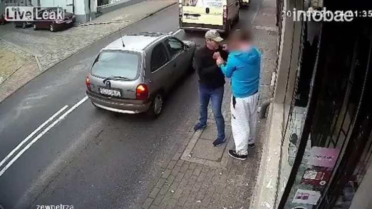 Un transeúnte trató de pararlo, pero el agresor amenazó con golpearlo