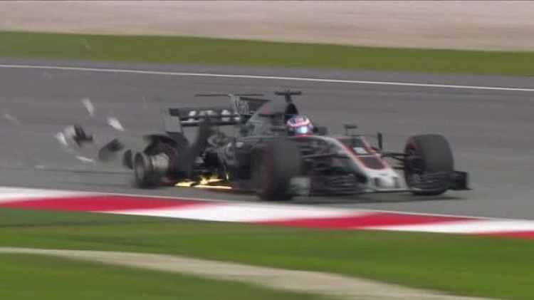 Romain Grosjean no pudo esquivar una alcantarilla que se levantó en el medio de las pruebas