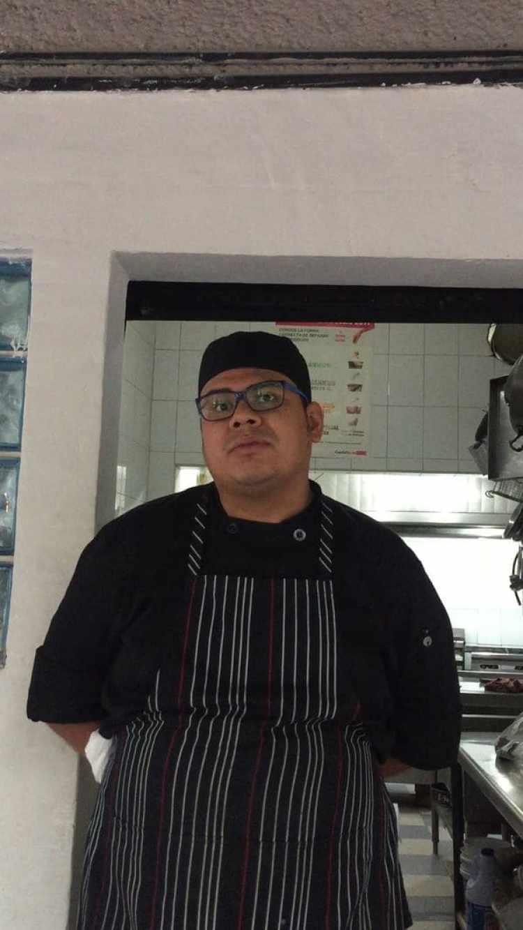 """Ivan, chef del restaurante Second, que también está trabajando muy por debajo de su ritmoo tras el terremoto. """"Los vecinos se han ido"""", se lamenta."""