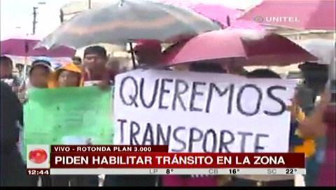 Vecinos del Plan Tres Mil protestan, exigen que micros entren a la rotonda