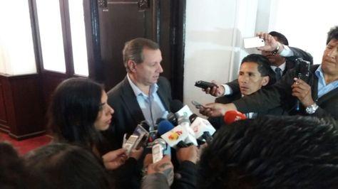 En primer plano, el presidente del Senado, José Gonzales, junto con la presidenta de Diputados, Gabriela Montaño.