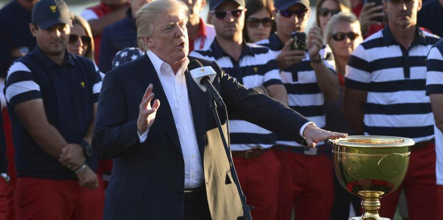 Resultado de imagen de Trump dedica un trofeo de golf a las víctimas del huracán María en Puerto Rico
