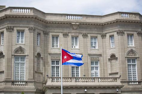 Una bandera cubana izada en la embajada del país caribeño en Washington. Foto: Archivo EFE