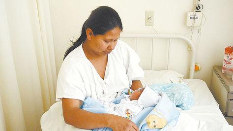 Mariela Ruiz y su bebé en el hospital Édgar Montaño.