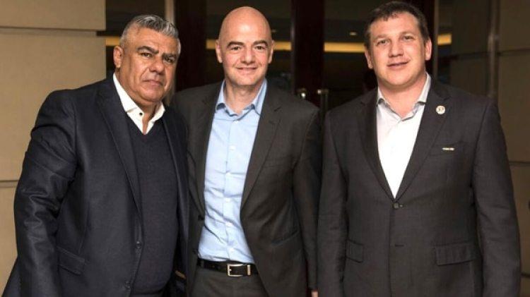 Claudio Tapia, presidente de AFA, Gianni Infantino, mandamás de la FIFA y Alejandro Domínguez, titular de la Conmebol