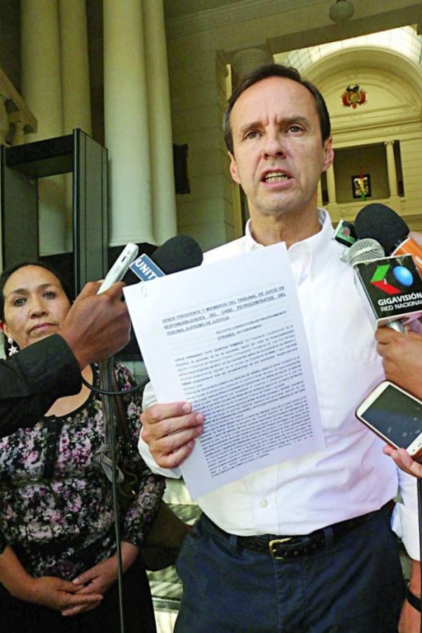 JUICIO. El ex presidente Jorge Quiroga Ramírez arribó ayer para la audiencia de juicio oral.