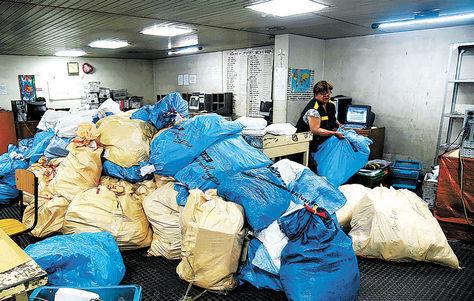 La Paz. Las cartas acumuladas en bolsas en oficinas de la avenida Mariscal Santa Cruz.